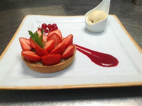 cuisine bourges tarte à la rhubarbe et aux fraises coulis de fruits rouges