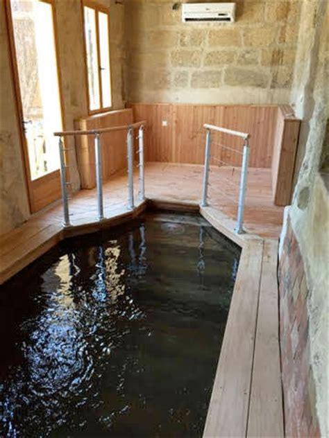 si鑒es massants piscine intérieure en bois chauffée pour se baigner toute l ée