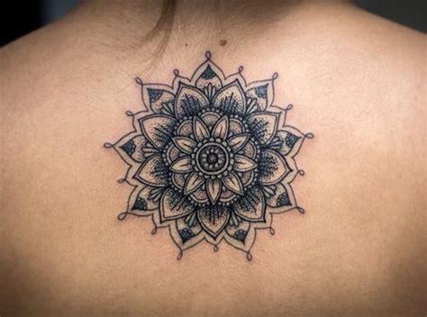 tatouage femme haut du dos mandala tatouage femme