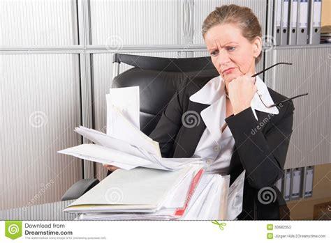 bureau chef chef féminin dans le bureau avec trop de travail photo