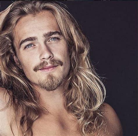 cheveux ondulés homme les 25 meilleures id 233 es de la cat 233 gorie cheveux longs hommes sur homme aux longs