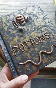 Harry Potter Decoration : diy potions book tutorial halloween or harry potter decor ~ Dode.kayakingforconservation.com Idées de Décoration