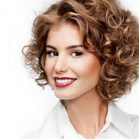 Модные стрижки на вьющиеся волосы 20202021 фото красивые стрижки для вьющихся волос