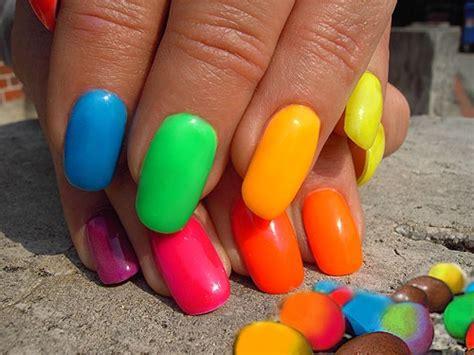 unas pintadas de colores fluorescentes
