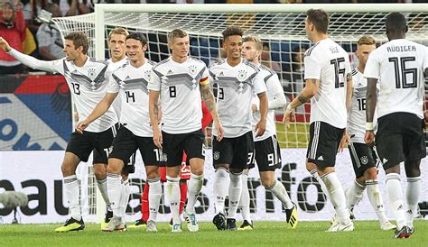 A founding member of both fifa and uefa, the dfb has jurisdiction for the german football league system and. DFB-Team gegen Peru in der Einzelkritik: Debütantenball ...