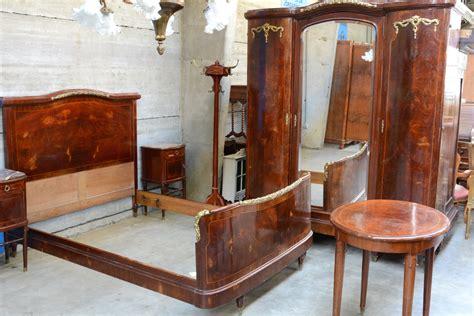 robe de chambre gar輟n een slaapkamer gefineerd hout bestaande uit een tweepersoonsbed twee nachtkastjes met marmeren blaadjes een grote driedeursgarderobe een