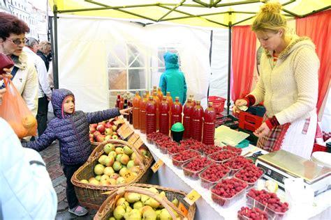 Miķelītis bagāts vīrs. Foto no Miķeļdienas tirgus Rīgā | LA.LV
