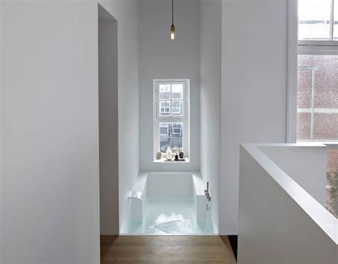 baignoire dans chambre une suite parentale et sa salle de bains en solid surface