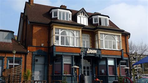 So far, all of the drum patterns you've looked at loop back to the beginning after four beats. Best Bars with Live Music in Brixton