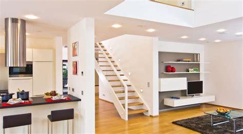 offene küche wohnzimmer bilder offene k 252 che mit wei 223 en fronten und blick richtung wohnzimmer fertighaus weiss