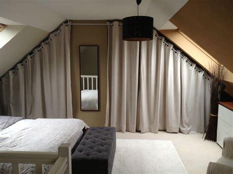 pose d une chambre pour chimio dressing sous pente avec rideaux et autres déco dressing