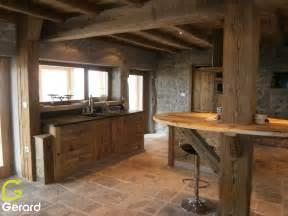 cuisine en bois brut le vieux bois quand la poutre se fait meuble