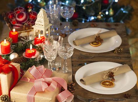 tavola a natale decorazioni porta in casa la natura con le decorazioni di natale casa it