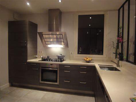cuisine grise et bordeaux cuisine en stratifi mat dcor bois gris et plan