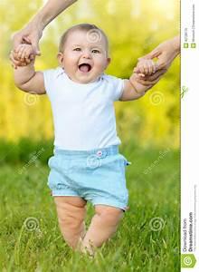 Erste Schritte Baby : nettes kleines baby das erste schritte tut stockbild bild von kindheit gr n 42728175 ~ Orissabook.com Haus und Dekorationen