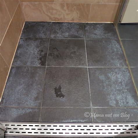 badkamer schoonmaken tips tip donkere badkamertegels met witte aanslag reinigen