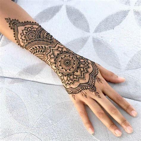 henna stechen henna in schwarzer farbe arm und handgelenktattoo mit floralen motiven t 228 towierte frau
