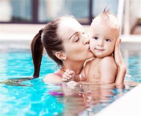 a quel age met on bebe dans une chaise haute a quel age bebe piscine