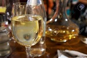 Gros Verre A Vin : verre a vin sur une table vaisselle maison ~ Teatrodelosmanantiales.com Idées de Décoration