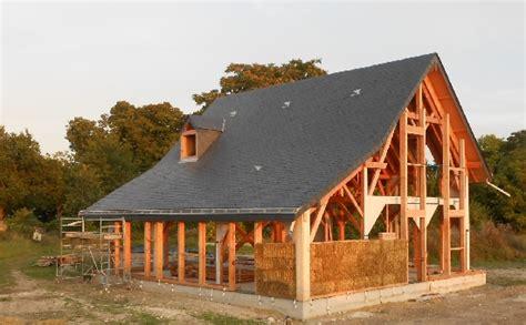 bois et paille maison en paille avec sa couverture ardoise 49