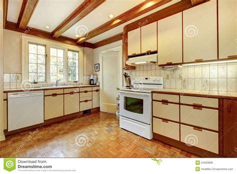 r駭 vieille cuisine vieille cuisine blanche et en bois simple image libre de droits image 24503806