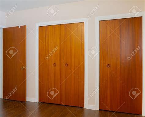 placard de chambre en bois cuisine placard marron fonce chambre chaios placard