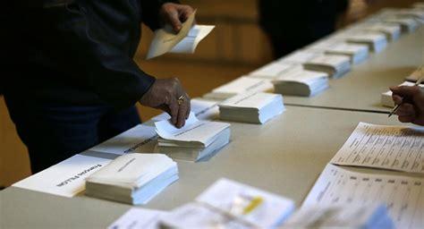 cloture bureau de vote des enveloppes contenant déjà des bulletins dans des