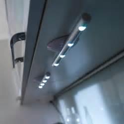 un eclairage parfait pour sa douche italienne With carrelage adhesif salle de bain avec eclairage led rail