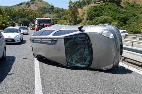 si e auto boulgom incidente choc nel napoletano auto si capovolge uomo