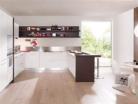 piano cottura e lavello cucina angolare moderna bianco opaco con penisola rovere