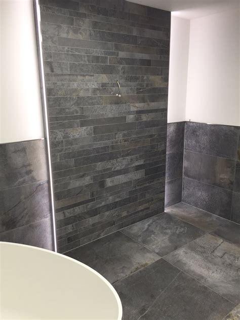 Badezimmer Unterschiedliche Fliesen by Waschtischvorwand Im Stonemix Hintergrund Wurde Mit Der