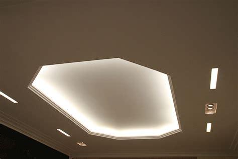 faux plafond avec corniche decoration faux plafond en staff construire ma maison