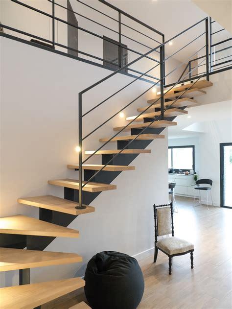porte battante cuisine escalier lumineux design et moderne