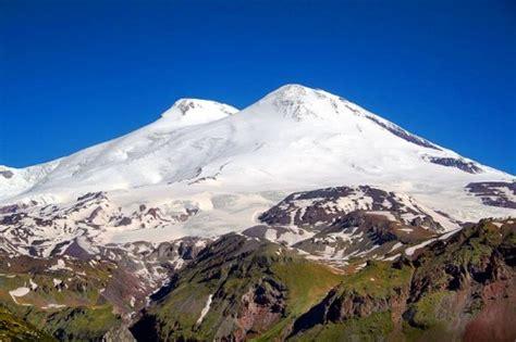 Elbruss, 5642 m (Austrumu virsotne) un 5633 m (Rietumu ...