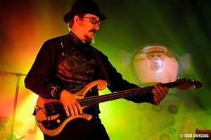 Whats the bass Claypool playing here? | TalkBass.com