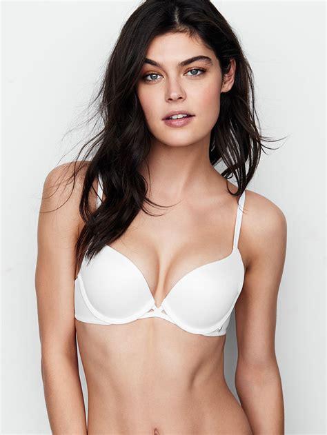foto de Alessandra Ambrosio wears tiny lingerie for Victoria's