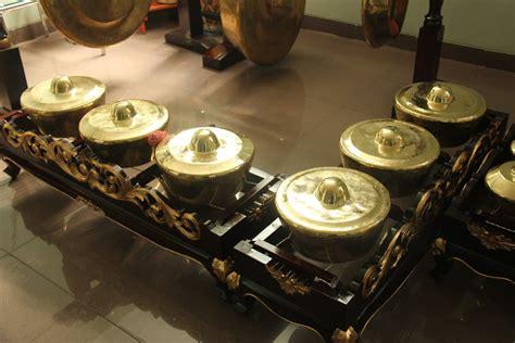 Berikut adalah alat musik yang populer dari jawa barat. Sejarah alat musik Tradisional Jenglong Jengglong berasal ...