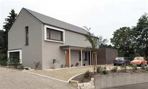 satteldach haus modern einfamilienhaus modern holzhaus satteldach holzfassade modern sitzfenster haus fassade haus