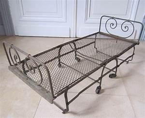 Lit En Fer Forgé Ancien : lit cage fer forg table de lit a roulettes ~ Teatrodelosmanantiales.com Idées de Décoration