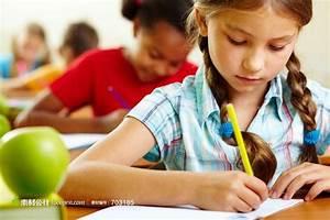 正在写作业的孩子 - 素材公社 tooopen.com