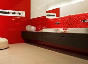 le carrelage mural en 50 variantes pour vos murs With carrelage rouge salle de bain