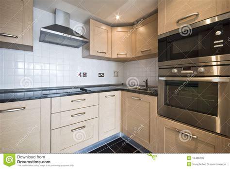 cuisine en bois cuisine en bois moderne avec les appareils argentés photo