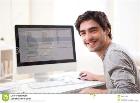 bureau ordinateur en l homme de sourire devant l 39 ordinateur image stock