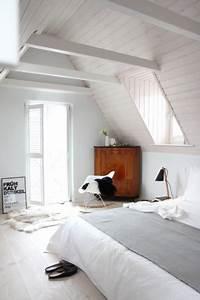Bett Unterm Fenster : dachboden einrichten und gestalten ~ Frokenaadalensverden.com Haus und Dekorationen
