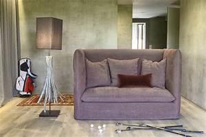 Sofa Hoher Rücken : gef lltes sofa mit hoher r ckenlehne idfdesign ~ Frokenaadalensverden.com Haus und Dekorationen