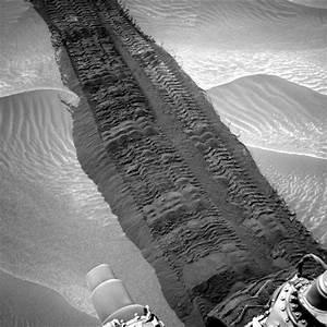 Curiosity rover tracks on Mars, August 4, 2014 | Today's ...