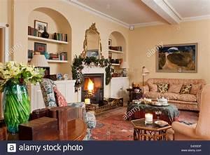 Gemtliches Wohnzimmer Mit Kamin Und Verschiedene Antike