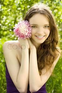 Hübsche 12 Jährige Mädchen : h bsche teenager m dchen mit blume auf gr nem hintergrund stock foto colourbox ~ Eleganceandgraceweddings.com Haus und Dekorationen