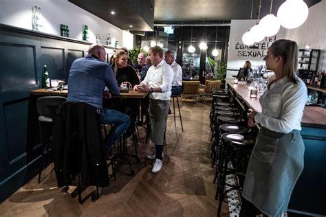 bediening verdient een goed glas bij charmant james  doetinchem koken eten gelderlandernl