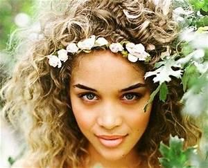 Couronne Fleur Cheveux Mariage : 10 coiffures de mari e qui vont sublimer les cheveux fris s ou boucl s ~ Melissatoandfro.com Idées de Décoration